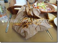 larissa yunanistan ladokola restaurant yağlı kağıtta yemek sunum