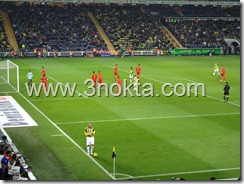 fenerbahçe kayserispor maçı brezilyalı alex korneri kullanmaya gidiyor. birazdan bu kornerdn gelen topu Uruguaylı Lugano gol yapacak.